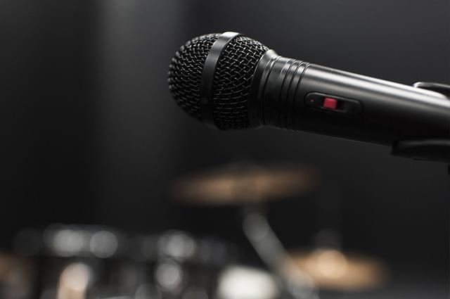 Sonhar com microfone é um sinal de que algo precisa melhor na sua vida