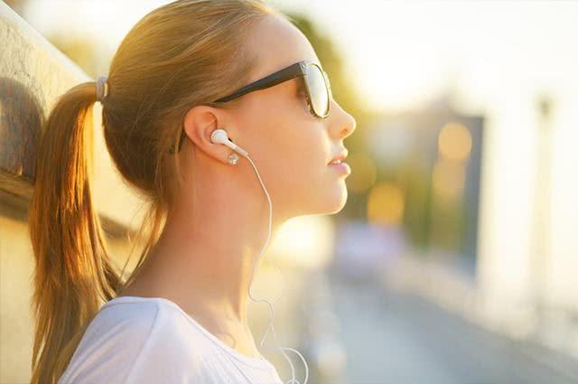 Sonhar com fone de ouvido pode significar pouca empatia de sua parte com a dor alheia