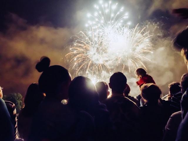 Sonhar com fogos de artifício pode simbolizar conquistas próximas
