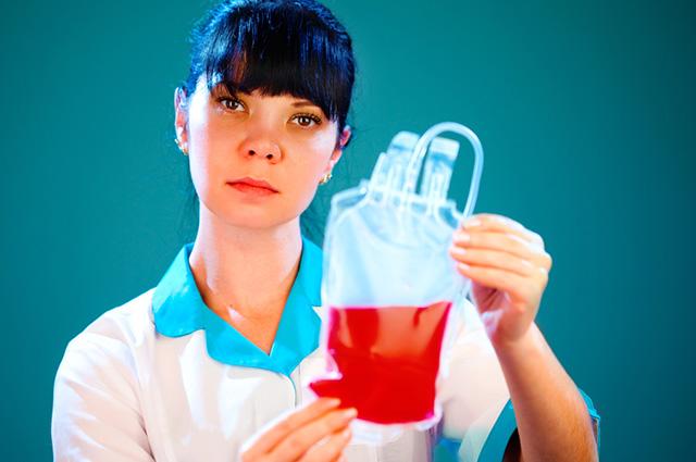 Mulher com bolsa de sangue