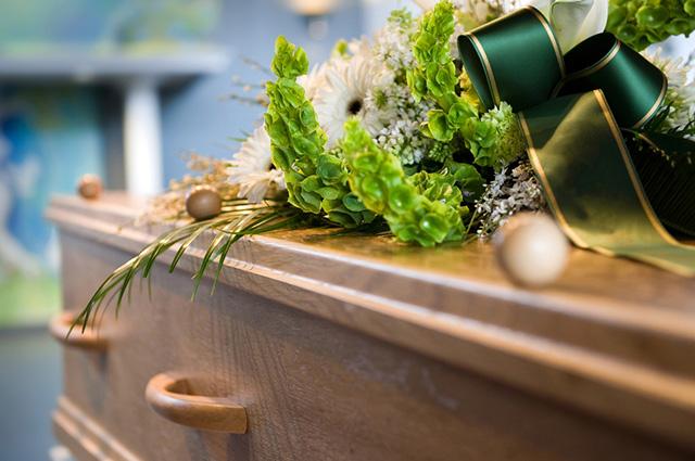 Caixão com flores em cima