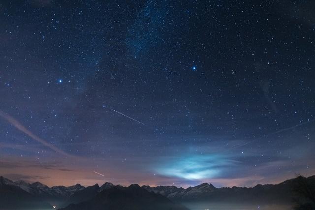 Céu escuro com estrelas
